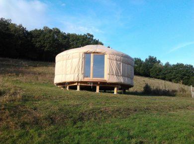 Camping La Garnasette is een kleine camping in de Haute-Loire in de regio Auvergne. U heeft keuze uit 3 gastenkamers, 3 kampeerplekjes, een kleine caravan en een ingerichte yurt.
