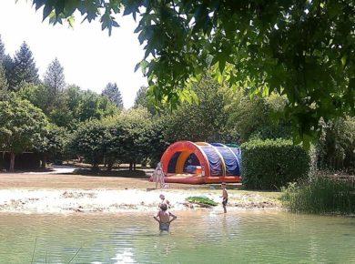 Flower Camping Moulin du Périé is een serene natuurcamping met zwembad in de Lot-et-Garonne, wijngaarden en cultuur of sportief bezig zijn met de familie.