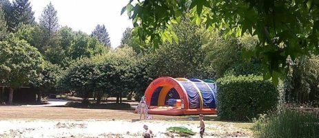 Charme camping met zwembad gelegen aan een meer op het platteland van de Lot-et-Garonne.