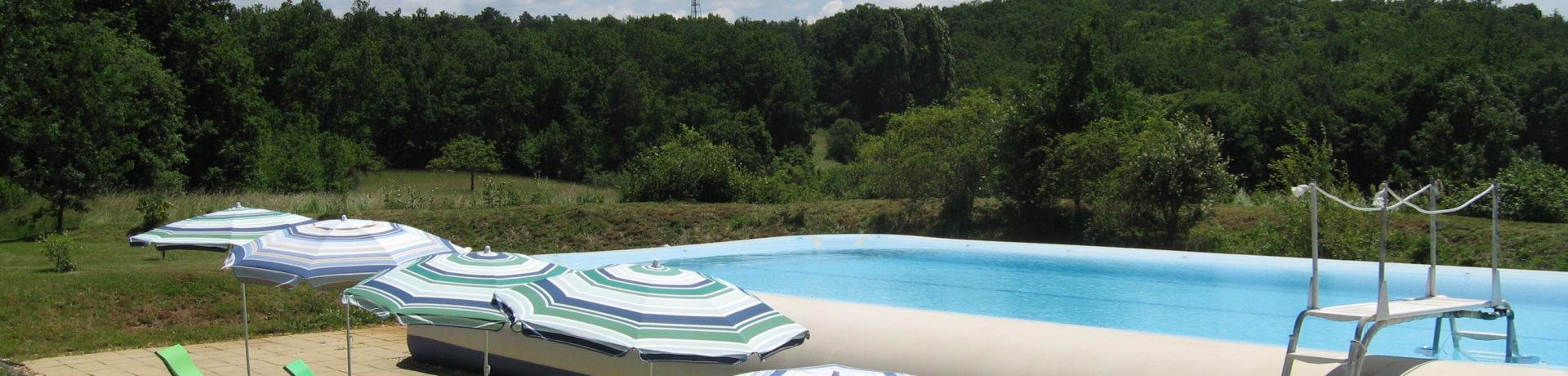 Prachtige naturistencamping met 54 plaatsen, 8 ha groot, gelegen op 150 km pal ten oosten van Bordeaux in het departement Dordogne, het oude graafschap Périgord.