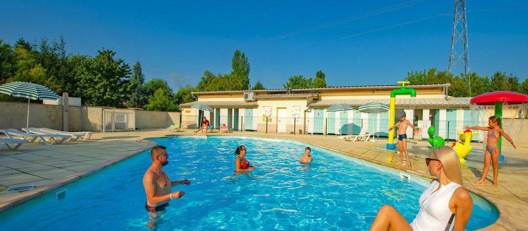 Camping Du Ried is een schaduwrijke familiecamping in de Elzas (Bas-Rhin) in Frankrijk met binnen- en buitenzwembad. Vakantie, wijnroutes en Franse dorpjes.
