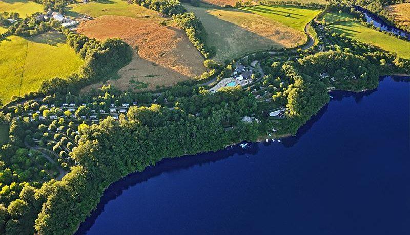 Karaktervolle terrassencamping met zwembad gelegen aan een meer in de Aveyron.