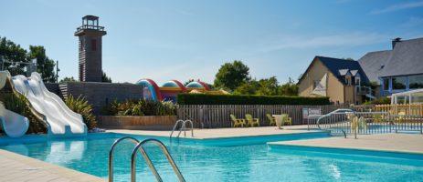 Mooie groene camping met verwarmd zwembad en ruime plaatsen net buitenPort-en-Bessin gelegen aan de Normandische kust.