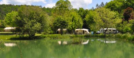 De natuurcamping la Castillonderie in Thonac wordt omringd door bossen in de Vézère-vallei te midden van de natuur in de Dordogne in de Aquitaine.