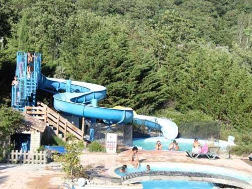 Camping La Source du Jabron is een groene en rustige camping met verwarmd zwemparadijs gelegen in het hart van de Drôme, in het zuiden van de Franse Alpen.