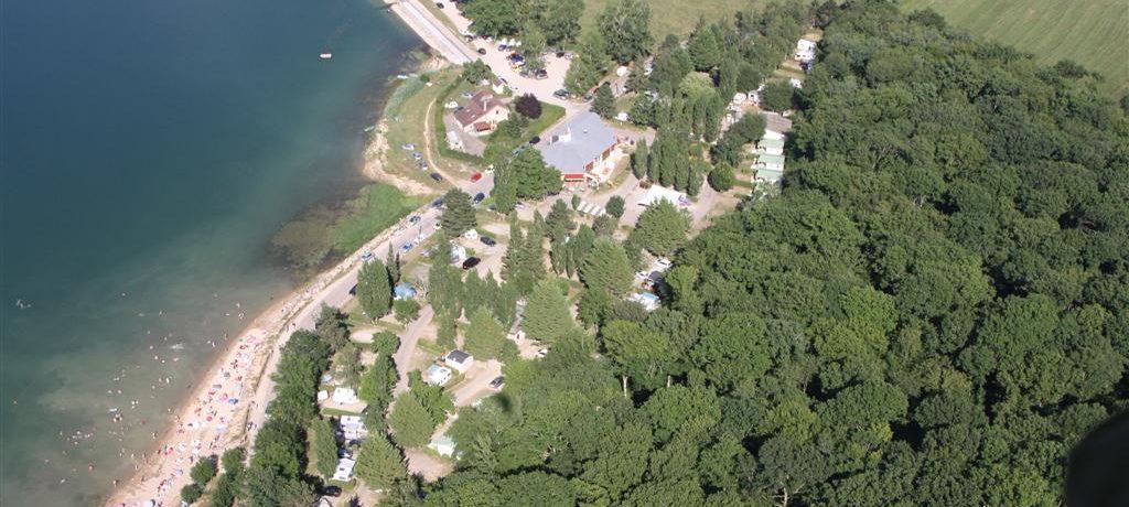Camping du Lac de Panthier is een geinzscamping in de omgeving van Vandenesse-en-Auxois, Côte-d'Or in Bourgogne gelegen aan een meer.