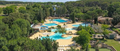 Camping Le Plein Air des Chênes is een gezinscamping met zwembad op 20 minuten van de Middellandse Zee in Languedoc-Roussillon.