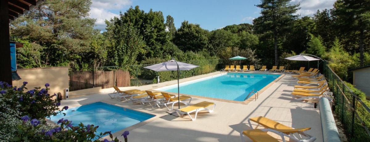 Camping Le Domaine de la Colombière in Beaumont-du-Périgord is een kleinschalige camping met zwembad in de Dordogne in de groene Périgord Noir.
