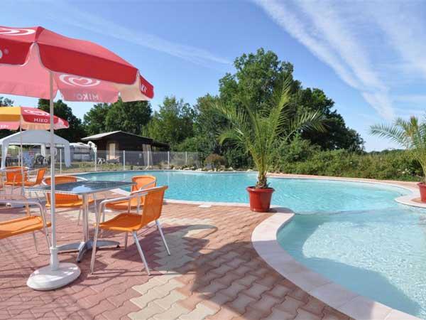 Kleine kindvriendelijke camping in Zuid-Frankrijk met een heerlijk zwembad, kampeerplaatsen en safaritenten te huur.