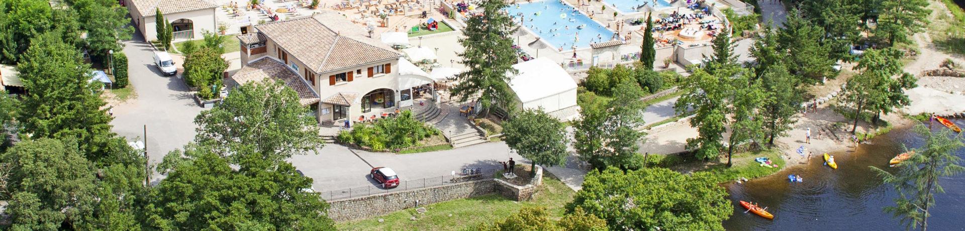 Camping Les Ranchisses in Largentière is een mooie kindvriendelijke camping in de Ardèche met zwembad in de natuur direct aan de rivier de Ardèche.