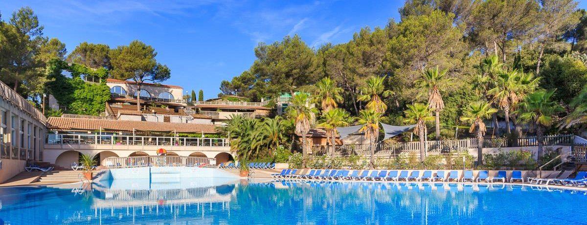 Camping Holiday Green is een luxe camping met zwembad aan de Côte d'Azur te midden van een pijnbomenbos van 15 ha bij de stranden van Fréjus in de Provence.