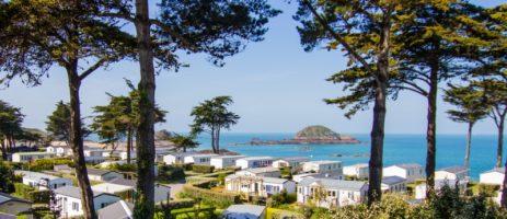 Camping des Chevrets is een leuke rustige familiecamping aan zee tussen Saint-Malo en Cancale in Noord-Bretagne in Frankrijk met mooi uitzicht over de zee.