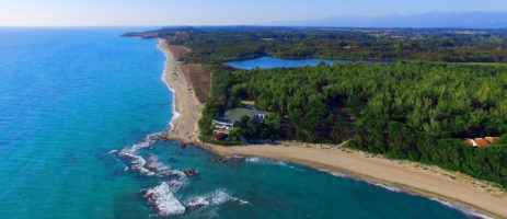 Domaine de Bagheera is een grootschalige naturistencamping op het eiland Corsica in het plaatsje Bravone gelegen in het bos vlakbij de Middellandse zee.
