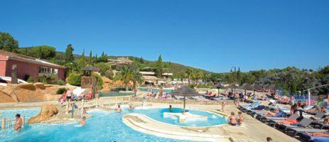 Domaine de la Bergerie is een grote camping met zwemparadijs en tennisbanen op 10min van de Middellandse Zee aan de Côte d'Azur, Var.