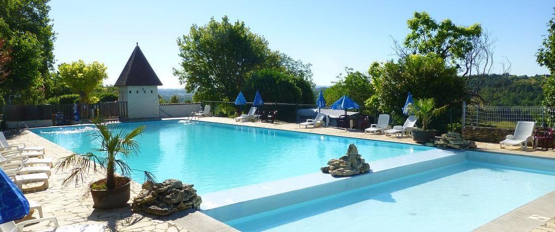 Camping Bleu Soleil is een mooie en groene familiecamping met zwembad gelegen in het hartje van de Périgord Noir in de Dordogne (Aquitaine).