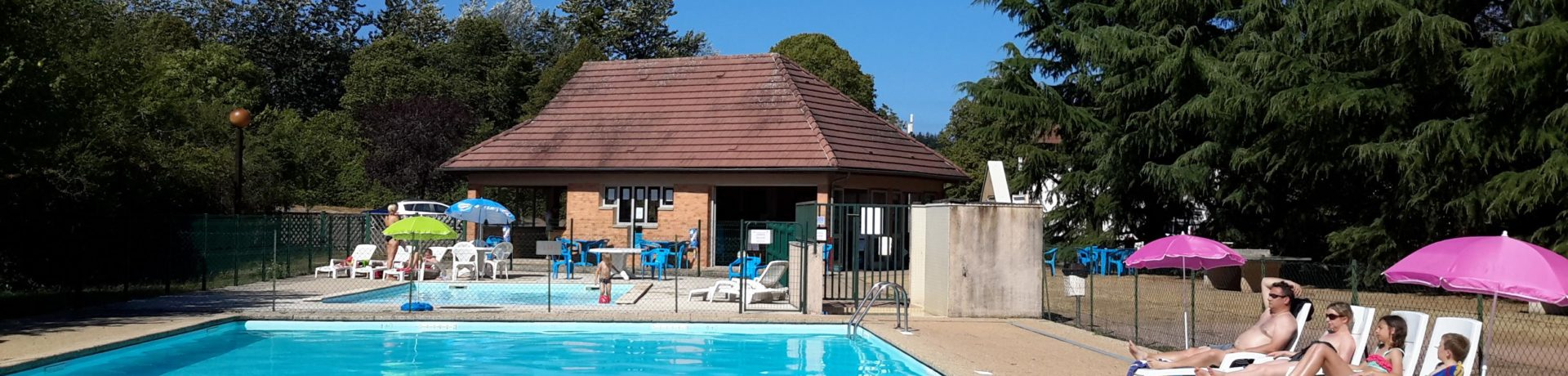 Camping de Saulieu is een mooie groene camping met zwembad en tennisbaan gelegen in het prachtige natuurpark de Morvan in de prachtige Bourgogne.