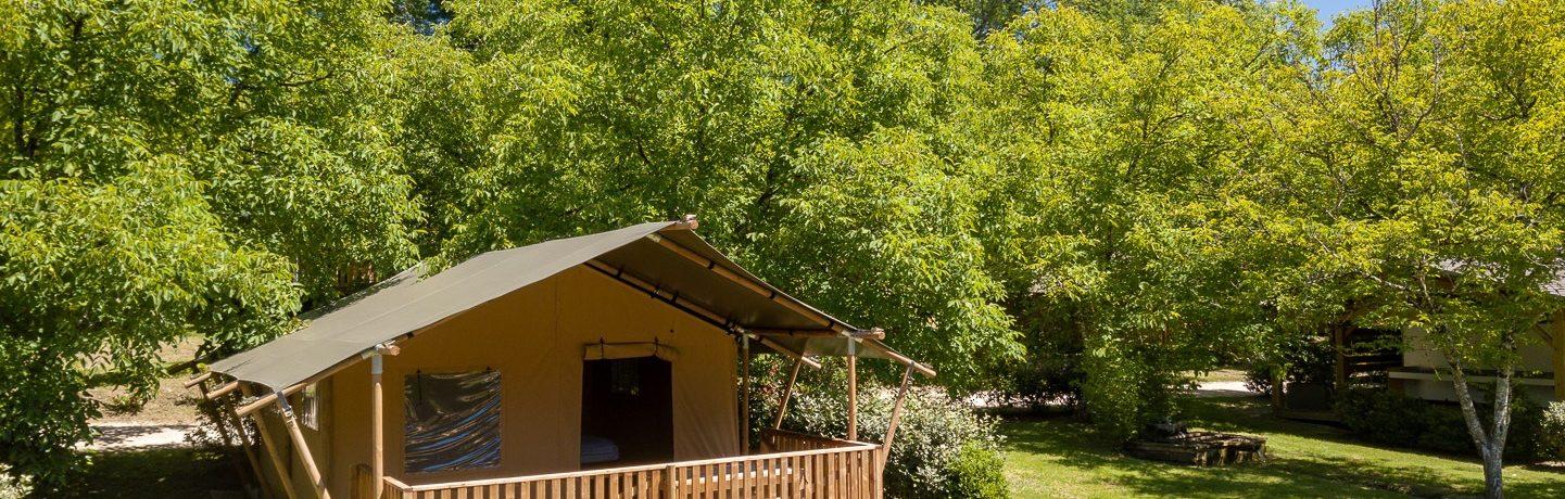 Boek een safaritent in de Dordogne op Domaine du Moulin des Sandaux. Je vindt hier een kleine camping met zwembad en comfortabele Tendi Safaritenten.