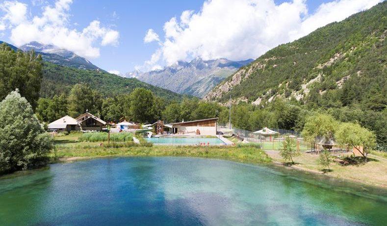Camping Le Courounba is een familiecamping in de Hautes-Alpes met zwembad aan de rivier de Gyronde in een bosrijke omgeving.