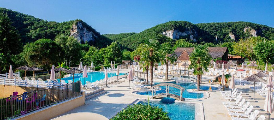 Domaine de Soleil Plage is een kindvriendelijke camping in de Dordogne met zwembad in het hartje van de Périgord aan de oevers van de rivier de Dordogne.