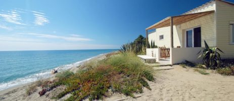 Domaine Riva Bella Naturiste is een prachtig naturistencamping op het eiland Corsica direct gelegen aan zee met eigen privéstrand vlakbij Algeria.
