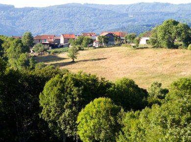 Tendi Les Chelles is een kleine camping in de Auvergne met zwembad en safaritenten op 5 km van het dorp Olliergues in het groene departement Puy-de-Dôme.