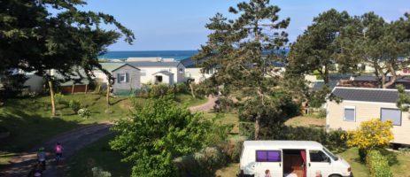 Camping Belle Étoile is een gastvrije familiecamping in Normandië met zwembad op 20 meter van de zee en het fijne zandstrand bij Gouville-sur-Mer.