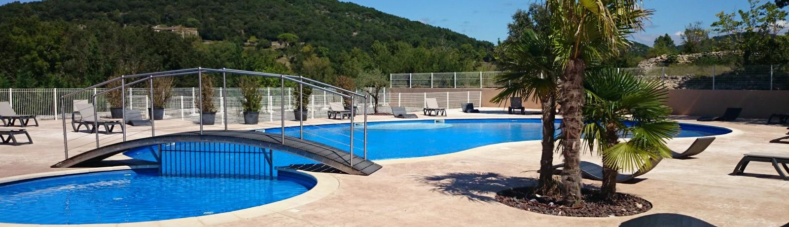 Camping Le Sous Bois is een gezellige familiecamping met zwembad in het zuiden van de Ardèche (Rhône-Alpes) in de ongerepte vallei Vallée de l'Ibie.