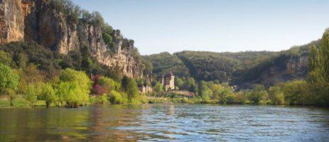 Camping Le Vézère Périgord is een rustige familiecamping in de Dordogne met zwembad gelegen op een heuvel en op steenworp afstand van de rivier de Vézère.