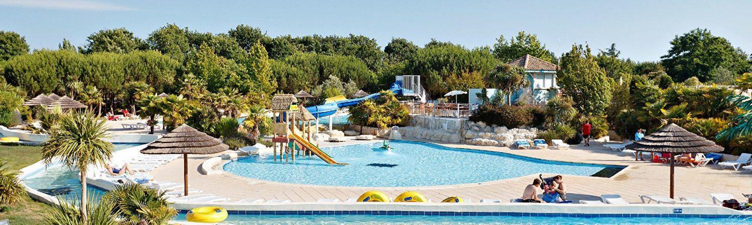 Camping Séquoia Parc is een prachtige 5 sterren camping met aquapark in de Charente-Maritime vlakbij La Rochelle aan de Atlantische kust van Frankrijk.