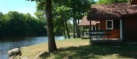 Camping l'Etang du Merle is een rustige familiecamping met zwembad gelegen aan een meertje aan de rand van de Morvan in de Bourgogne.