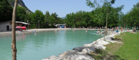 Camping le Colombier is een prachtige en rustgevende oase van groen aan de rand van een meer in het departement Ain (Rhône-Alpes).