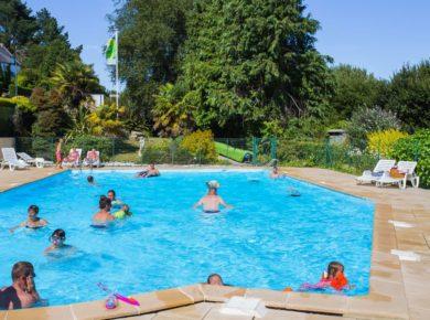 Camping Le Panoramic is een comfortabele familiecamping met verwarmd zwembad en tennisbaan op 500m van het zandstrand in het natuurpark van Armorique in Bretagne