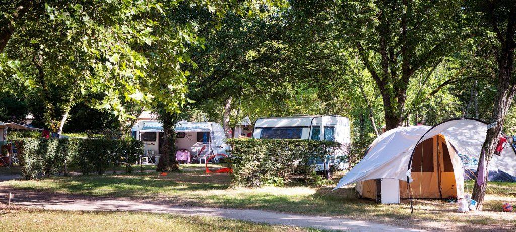 Camping le Rocher de la Cave is een groene familiecamping met verwarmd zwembad ideaal gelegen aan de rivier de Dordogne in de Périgord.