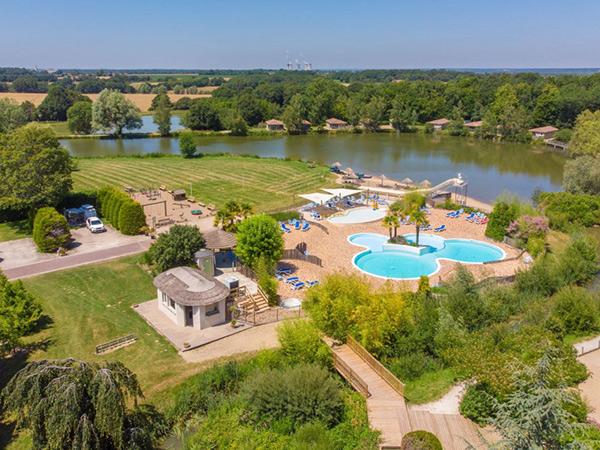 Camping les Bois du Bardelet is een luxe 5-sterren camping dichtbij de Sologne en de prachtige kastelen in de Loiret in het midden van Frankrijk in het departement Centre.
