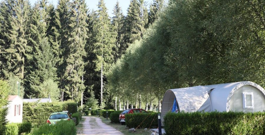 Camping les Granges Bas is een gezellige familiecamping vlakbij het meer van Gérardmer en de skipistes in de Vogezen voor zomer- en wintervakanties.