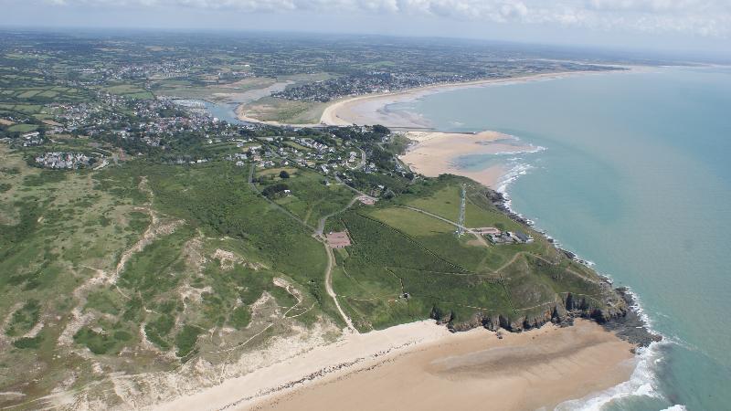 Camping Du Golf is een vernieuwde camping in Normandië bij de kuststreek van de Kanaaleilanden op 500 meter van het zandstrand en direct naast de golfbaan.