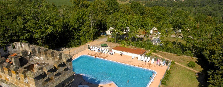 Château camping La Grange Fort in Les Pradeaux is een charme camping in de Puy-de-Dôme met zwembad gelegen op het platteland in de regio Auvergne.