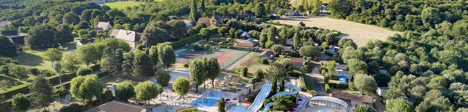 Camping Les Péneyrals is een grote en overcomplete camping met verwarmd zwemparadijs en tennisbaan in Saint-Crépin-et-Carlucet in de Périgord, Dordogne.