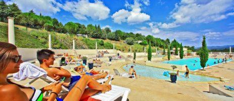 Camping Domaine d'Arnauteille is een ruim en comfortabel vakantiepark midden in de natuur in de Languedoc-Roussillon met een uitzicht op de bergen.