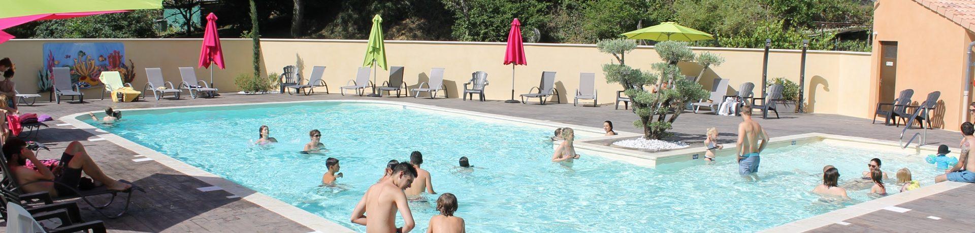 Camping de Retourtour is een rustige camping met een familiale sfeer in het hart van de Ardèche aan de voet van een oude kasteelruïne.