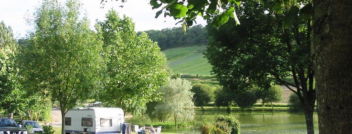 Camping Le Pouchou is een fijne kleine natuurcamping op het platteland in Tournon-d'Agenais in de regio Aquitaine met 24 toerplaatsen en 10 huuraccommodaties.