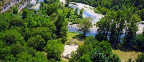 Camping Le Plan d'Eau is een ecologische gezinscamping met het EU Ecolabel in een natuurlijke en zonnige omgeving aan de voet van een klif in de Ardèche.