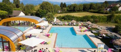 Een groen en bloemrijk domein met een warme en gezellige uitstraling gelegen in een groene omgeving van de Franse Alpen.