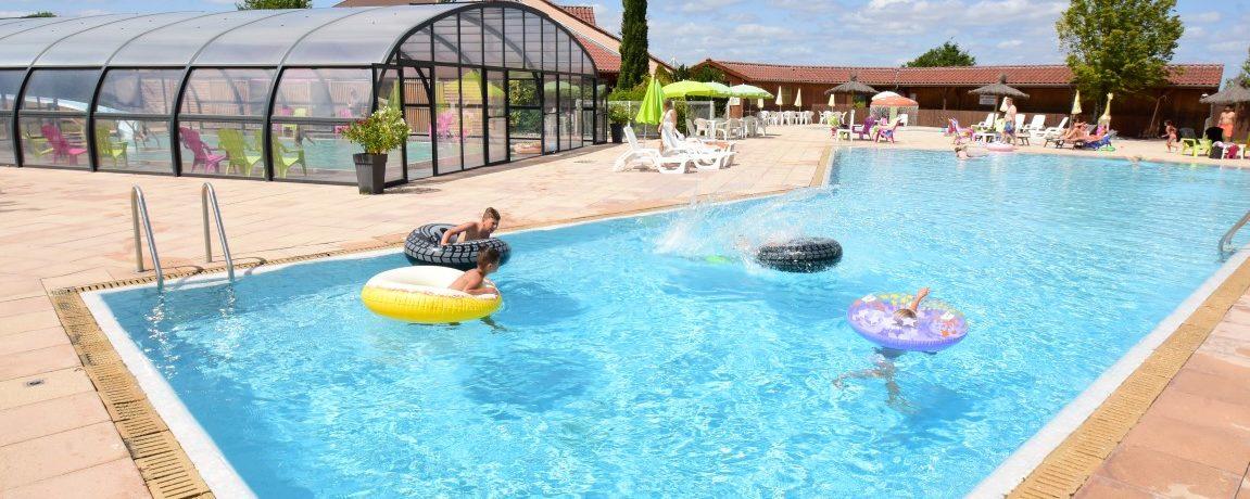 Le Village des Meuniers is een familiecamping met verwarmde zwembaden, waterglijbaan en tennisbaan in de heuvels bij Dompierre-les-Ormes in de Bourgogne.