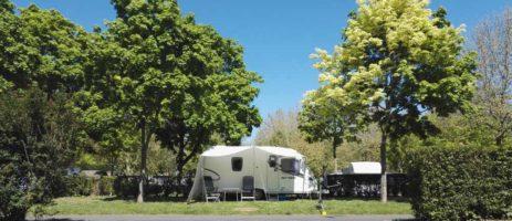 Camping de Châlons-en-Champagne is een familiecamping op 25 min. te voet van het centrum van Châlons-en-Champagne in een natuurlijke omgeving in de Champagne.