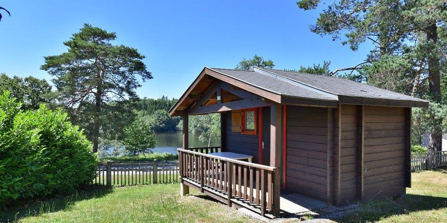 Camping du Lac is een comfortabele familiecamping in het hart van de Corrèze aan de oever van het meer La Valette midden in de natuur.