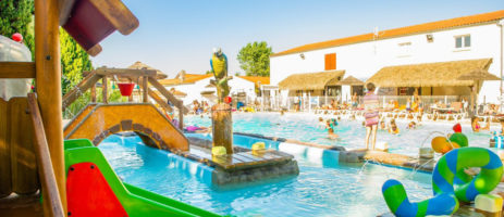 Mooie 4 sterren gezinscamping met zwembad en waterspeeltuin voor de kinderen. De camping ligt op het eiland Oléron vlakbij de fijne zandstranden.