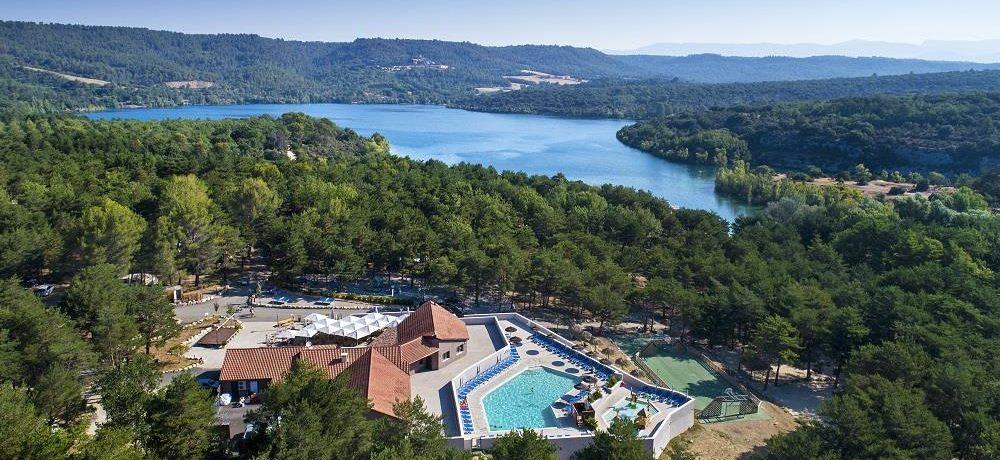 Camping La Farigoulette in Saint-Laurent-du-Verdon is een natuurcamping aan de rand van een meer in een pijnbomenbos in de Provence in de Alpes-Maritimes.