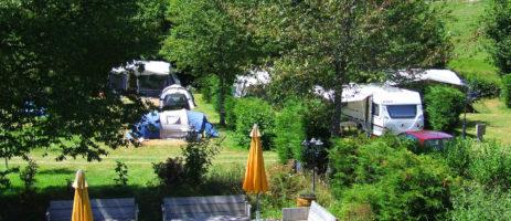 Welkom op de gezellige kleine camping Le Soustran met Nederlandse eigenaren gelegen naast Lac de Triouzoune (ook wel meer van Neuvic genoemd).