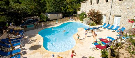 Camping Domaine de la Plage in Meyras is een kindvriendelijke 5 sterren camping aan de oevers van de rivier de Ardèche in de Auvergne-Rhône-Alpes.